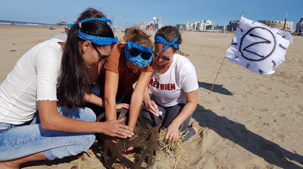 group outing-scheveningen-makes-fire-during-expedition-robinson-test
